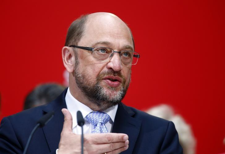 FILE PHOTO: Social Democratic Party (SPD) leader Martin Schulz addresses a news conference in Berlin, Germany, May 15, 2017. REUTERS/Hannibal Hanschke