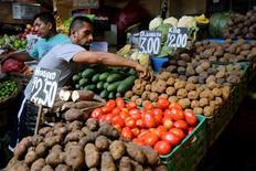 Un hombre vende vegetales en el mercado de Lima, Perú. 28 de abril 2017. El Índice de Precios al Consumidor (IPC) de Perú cayó en mayo un 0,42 por ciento, su segundo descenso mensual consecutivo, por una reducción de los precios de algunos alimentos y de las tarifas eléctricas, informó el jueves el Gobierno. REUTERS/Mariana Bazo