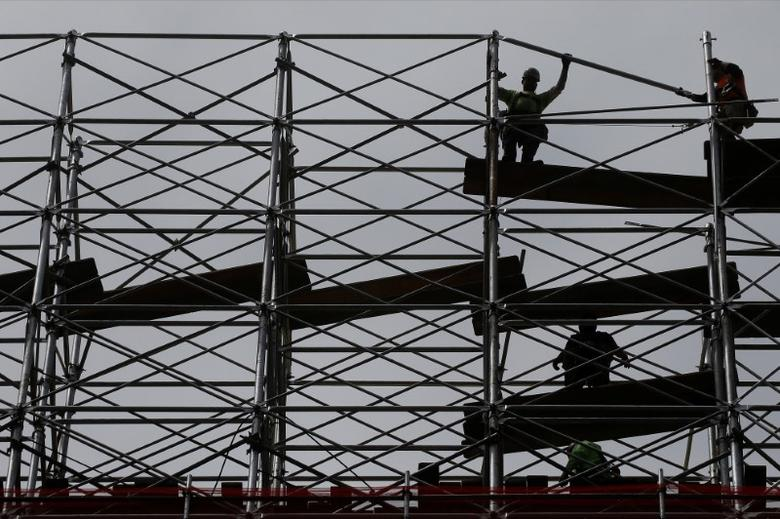Workers dismantle scaffolding at the Hudson Yards construction project is pictured in the Manhattan borough of New York City, New York, U.S. May 24, 2017.   REUTERS/Carlo Allegri