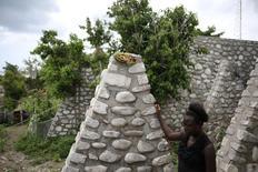 En la imagen, Myrlande Nazaire una de las mujeres que engendró un hijo con un casco azul, en Port Salut, Haití. 6 de mayo 2017. Para Roseleine Duperval, la Misión de Estabilización de Naciones Unidas en Haití (MINUSTAH) siempre le recordará una cosa: su pequeña hija de ocho años, nacida de su vínculo con un casco azul uruguayo, dijo. REUTERS/Andres Martinez Casares - RTX38I8G