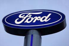 El logo de Ford en una concesionaria de la compañía en Monterrey, México, nov 9, 2016. Ford Motor Co superó a General Motors Co en ventas de vehículos nuevos en Estados Unidos en mayo, según cifras reportadas el jueves, impulsada por una gran demanda de flotas de automóviles.  REUTERS/Daniel Becerril