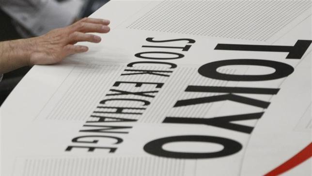 6月2日、寄り付きの東京株式市場で、日経平均株価は前営業日比110円20銭高の1万9970円23銭となり、続伸して始まった。東京証券取引所で2008年11月撮影(2017年 ロイター/Kim Kyung-Hoon)