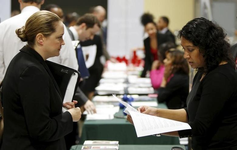 资料图片:2016年1月,华盛顿,美国商会基金会主办的一场招聘会,求职者与雇主代表交谈。 REUTERS/Gary Cameron