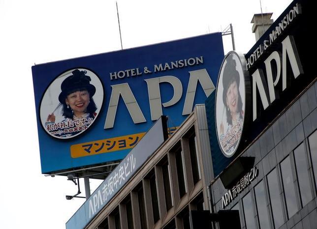 6月2日、ビジネスホテル大手のアパグループが客室内に南京大虐殺や従軍慰安婦問題を否定する書籍を置いていることに中国から批判の声が上がり、宿泊拒否が相次ぐなどしていた問題で、同グループの元谷外志雄代表は東京オリンピック開催時にも本を撤去しない考えを示した。都内で1月撮影(2017年 ロイター/Kim Kyung-Hoon/File Photo)