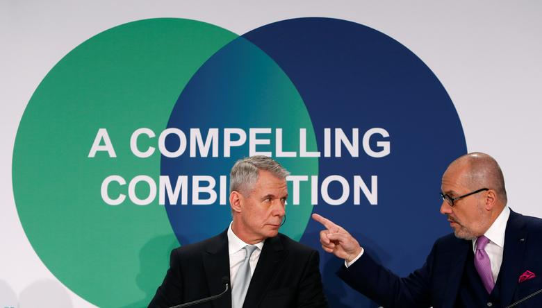 Praxair Chief Executive Officer Steve Angel (L) talks to Linde Chief Executive Officer Aldo Belloni before a news conference in Munich, Germany June 2, 2017. REUTERS/Michaela Rehle
