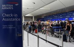 En la imagen, pasajeros hacen cola ante los mostradores de facturación de BA en el aeropuerto de Gatwick, en Londres, el 28 de mayo de 2017. Un contratista que realizaba trabajos de mantenimiento en un centro de datos de British Airways desconectó inadvertidamente el suministro eléctrico, apagando los sistemas informáticos de la aerolínea y dejando a 75.000 pasajeros en tierra el pasado fin de semana, informó el diario Times. REUTERS/Hannah McKay