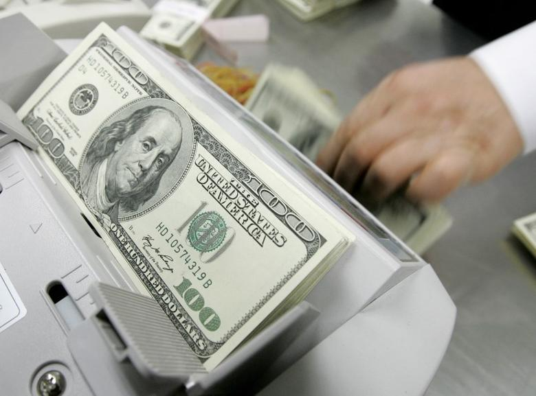 An employee of the Korea Exchange Bank counts one hundred dollar notes at the bank's headquarters in Seoul February 24, 2009. REUTERS/Jo Yong-Hak
