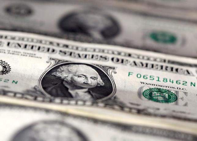 6月2日、NY外為市場は、ドルがユーロやスイスフラン、主要通貨バスケットに対して一時7カ月ぶり安値、対円で2週間ぶりの安値をつけた。写真は米ドル紙幣、昨年11月7日撮影。(2014年 ロイター/Dado Ruvic)