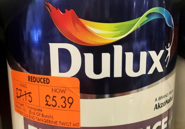 6月1日、米化学大手PPGインタストリーズは、オランダの同業アクゾ・ノーベルに対する263億ユーロ(約3.3兆円)の買収提案を取り下げた。写真は店頭に置かれたアクゾの「Dulux」缶入り塗料。4月に英マンチェスター近郊で撮影(2017年 ロイター/Phil Noble)