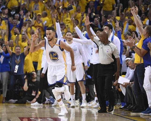 6月2日、NBA、ウォリアーズのステフェン・カリー(手前)は、1日にキャバリアーズとのNBAファイナル第1戦を113─91の快勝で終えたが、再び王座に就くまでは浮かれないと戒めた。カリフォルニア州オークランドで1日撮影(2017年 ロイター/Kyle Terada-USA TODAY Sports)