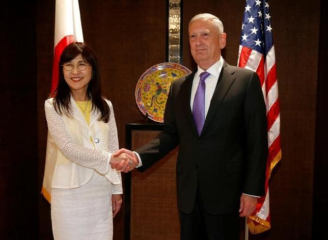6月3日、米国のマティス国防長官(写真右)と日本の稲田朋美防衛相は、シンガポールで会談し、中国が軍事拠点化を進める南シナ海について、日米が協力を深めて関与することで一致した。写真は会談に臨む両防衛相(2017年 ロイター/Edgar Su)