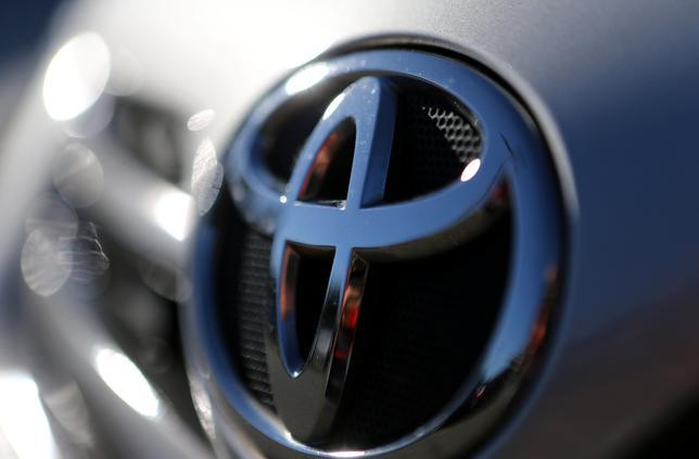 6月3日、トヨタ自動車が電気自動車(EV)メーカー、米テスラ株式をすべて売却していたことが明らかになった。写真はトヨタのロゴ。ブラジルのサンパウロで2日撮影(2017年 ロイター/Paulo Whitaker)