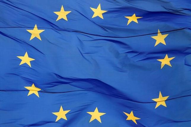 5月31日、欧州連合(EU)がこのほど打ち出した「安全債」構想は看板倒れになるだろう。写真はEU旗。ウクライナの首都キエフで11日撮影(2017年 ロイター/Valentyn Ogirenko)