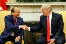 U.S. President Donald Trump (R) welcomes Vietnam's Prime Minister Nguyen Xuan Phuc at the White House in Washington, U.S. May 31, 2017.  REUTERS/Jonathan Ernst