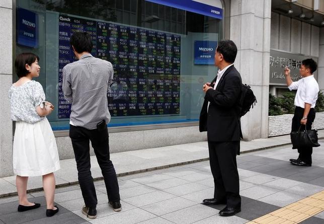 6月5日、寄り付きの東京株式市場で、日経平均株価は前営業日比41円86銭安の2万0135円42銭となり、反落して始まった。都内で昨年6月撮影(2017年 ロイター/Thomas Peter)
