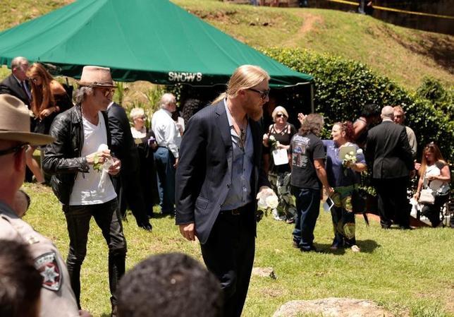 6月3日、病気のため先月27日に69歳で死去した米サザンロックバンド、オールマン・ブラザーズ・バンドのグレッグ・オールマンさんの葬儀がジョージア州で行われ、ジミー・カーター元大統領や、元妻の歌手シェールさんらも参列した。写真中央は元メンバーのデレク・トラックスさん(2017年 ロイター/Chris Aluka Berry )