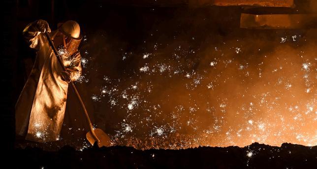 6月5日、マークイットが発表した5月のドイツの総合購買担当者景気指数(PMI)改定値は57.4と、4月の56.7から上昇し、6年1カ月ぶりの高水準だった。速報値は57.3だった。写真は製鋼所工員。ザルツギッターで2015年3月撮影(2017年 ロイター/Fabian Bimmer)