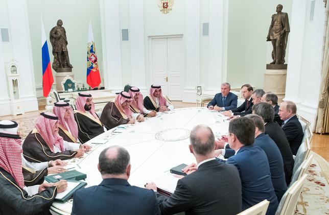 6月1日、OPECの盟主サウジアラビアと非OPECの産油大国ロシアの間で、突如デタント(雪解け)が進んでいる。写真はモスクワで5月30日撮影(2017年 ロイター)