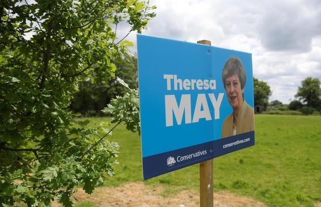 6月5日、8日に実施される英総選挙を巡り調査会社ICMが実施した世論調査で、メイ首相率いる与党・保守党の野党・労働党に対するリードが11ポイントに小幅縮小した。写真は保守党のポスター、サウス・イングランドで5月撮影(2017年 ロイター/Toby Melville)