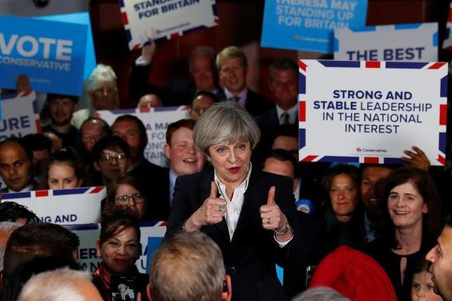 6月5日、調査会社サーベーションによる最新の世論調査で、メイ首相率いる保守党の労働党に対する支持率のリードが1ポイントと、1週間前の6ポイントから縮小した。英ブラッドフォードで撮影(2017年 ロイター/Phil Noble)
