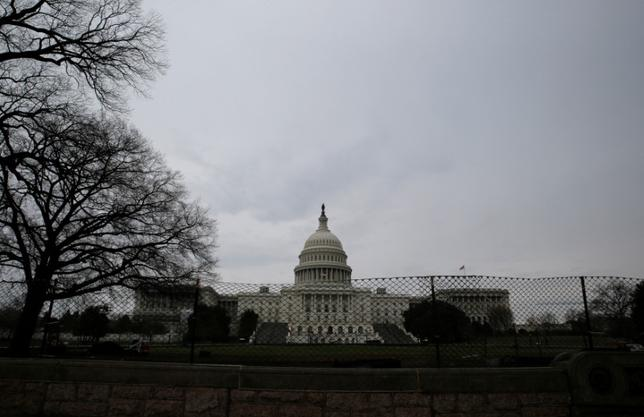 6月5日、米ホワイトハウスの議会担当責任者、マーク・ショート氏は、停滞する議会審議を巡り、医療保険制度改革(オバマケア)代替法案は今夏中に上院を通過するとの期待感を示した。写真は米連邦議会議事堂。ワシントンで3月撮影(2017年 ロイター/Jim Bourg)