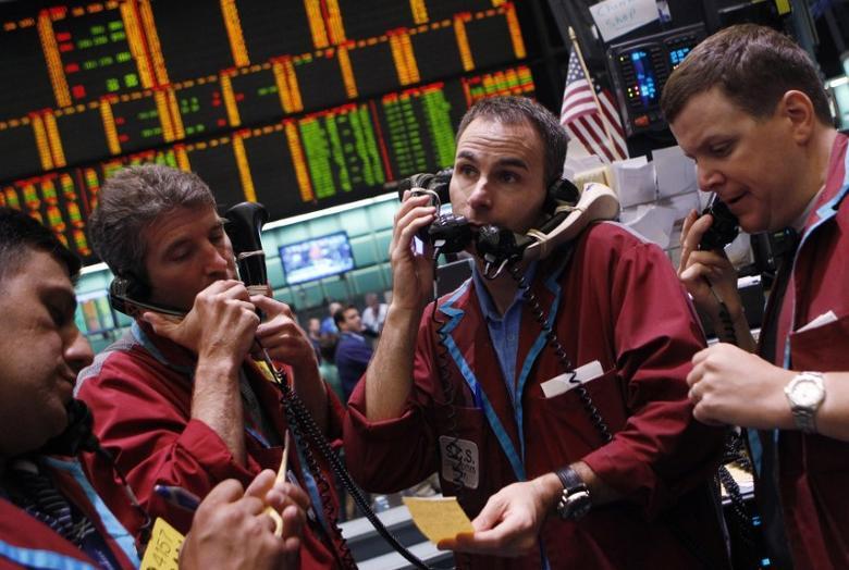 资料图片:2011年7月,纽约商品期货交易所原油和天然气期权交易员。REUTERS/Shannon Stapleton