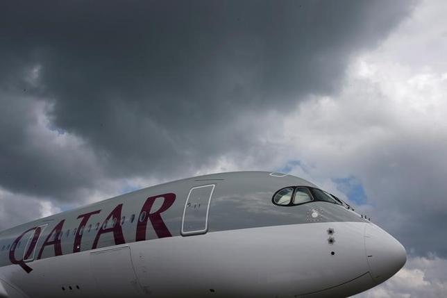 6月6日、カタール航空はウェブサイト上で、前日のサウジアラビア便に続き、バーレーン便、エジプト便、アラブ首長国連邦(UAE)便の運航も6日から停止したと明らかにした。写真はカタール航空機。昨年2月シンガポールで撮影(2017年 ロイター/Edgar Su)