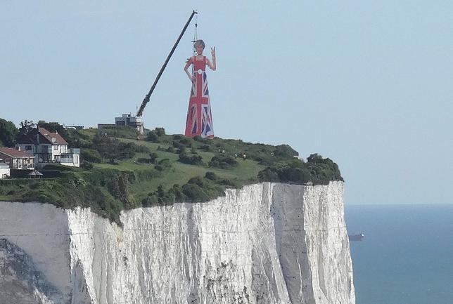 6月5日、英ドーバー海峡の白い崖の上に、欧州側に向かって無礼なジェスチャーをしているメイ首相の巨大人形が設置される出来事があった。誰が設置したのか謎に包まれているが、地元のウェブサイトによると、現在は撤去されている(2017年 ロイター/Simon Hare)