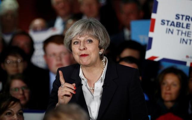 6月6日、ユーガブが公表した世論調査によると、6月8日に実施される英総選挙(下院、定数650)では、メイ首相(写真中央)率いる与党・保守党が304議席を獲得すると見込まれている。ただ、過半数には22議席足りない見通し。写真5日ブラッドフォードで撮影(2017年 ロイター/Phil Noble)