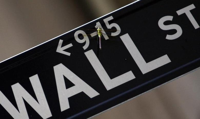 资料图片:2008年9月,纽约,一只蜻蜓落在华尔街指示牌上。REUTERS/Eric Thayer