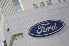 Una tienda de la cadena de vehículos Ford en Ciudad de México, abr 5, 2016. La producción y las exportaciones de autos de México crecieron en mayo a tasas interanuales de dos dígitos impulsadas por una mayor demanda en Estados Unidos, su principal mercado, según cifras de la Asociación Mexicana de la Industria Automotriz (AMIA) divulgadas el martes.  REUTERS/Edgard Garrido