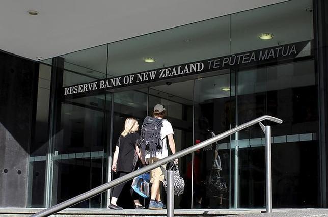 6月7日、ニュージーランド準備銀行(中央銀行)は、9月から半年間の金融政策目標について、従来の目標を据え置くことでジョイス財務相と合意したことを明らかにした。写真はウエリントンの本店、昨年3月撮影(2017年 ロイター/Rebecca Howard)