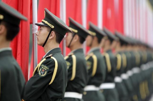 6月6日、米国防総省は、米議会に提出した中国の軍事力に関する年次報告書の中で、中国がアフリカ東部ジブチでの軍事基地建設を完了すれば、海外基地の建設をさらに進めていく可能性が高いとの見方を示した。写真は中国人民解放軍の兵士。北京で2011年7月撮影(2017年 ロイター/Jason Lee)