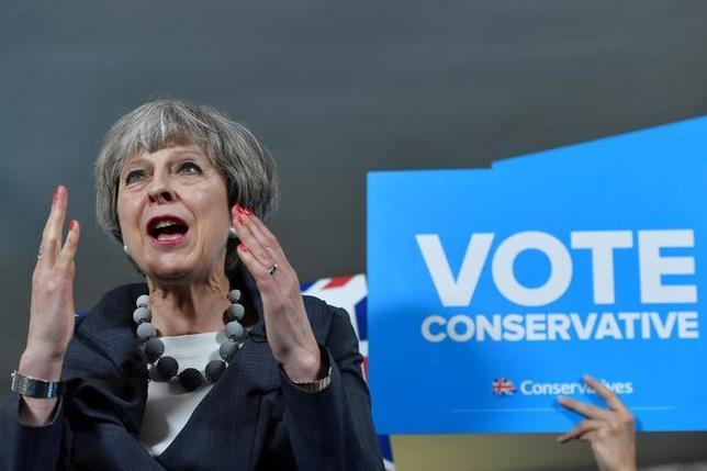 6月7日、英国の新聞で発行部数が最大の大衆紙サンは、翌日の総選挙でメイ首相率いる保守党へ投票するよう呼び掛けた。写真は6日、英ストークオンテントで演説するメイ首相、(2017年 ロイター)