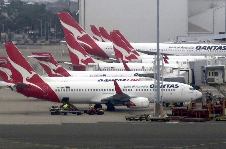 Groundstaff work on the tarmac next to Qantas Airways planes parked at Sydney's Domestic Airport terminal in Australia, November 8, 2016. Picture taken November 8, 2016. REUTERS/David Gray