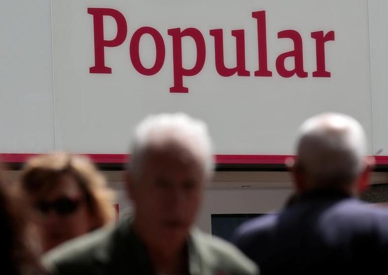 资料图片:2016年5月,马德里,行人经过西班牙宝培拉银行(Banco Popular)属下一家分支网点。REUTERS/Andrea Comas
