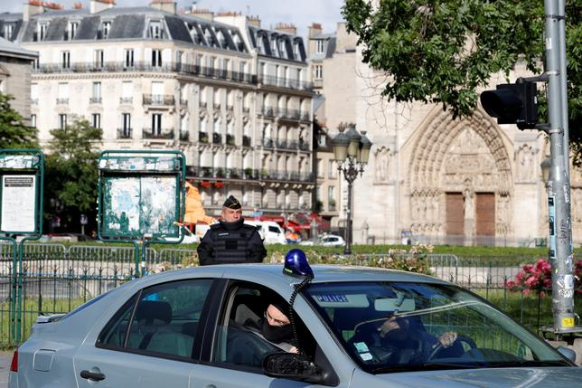 French police and gendarme stand at the scene of a shooting incident near the Notre Dame Cathedral in Paris, France, June 6, 2017.  REUTERS/Philippe Wojazer