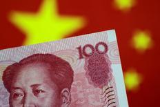 Ilustración de un billete de 100 yuanes. 31 de mayo 2017. Las reservas de divisas de China aumentaron en mayo por cuarto mes consecutivo y más que lo previsto, luego de que unas estrictas medidas de control de capital y el debilitamiento del dólar limitaron los flujos de salida.    REUTERS/Thomas White/Illustration/File Photo