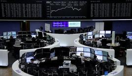 En la imagen, unos operadores en la bolsa alemana, en Fráncfort, Alemania. 2 de junio de 2017. Las bolsas europeas abrían sin rumbo fijo el miércoles en momentos en que los inversores se alejaban de los valores de mayor riesgo, un día antes de las elecciones generales de Reino Unido, mientras que los bancos españoles también se situaban en el foco de atención. REUTERS/Staff/Remote