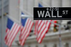 Un cartel de Wall Street fuera de la bolsa de Nueva York, en Estados Unidos.  28 de diciembre 2016. Las acciones subían el miércoles en la apertura en la bolsa de Nueva York, pero el avance era limitado, ya que los inversionistas se abstenían de hacer grandes apuestas antes de unos importantes eventos políticos y económicos que se desarrollarán el jueves. REUTERS/Andrew Kelly