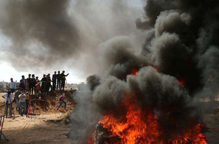 Members of Palestinian security forces loyal to Hamas burn drugs that were seized by forces, in Gaza City May 11, 2017. REUTERS/Mohammed Salem/Files