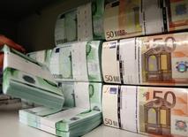 Unos euros en billetes en la bóveda de un banco en Viena, abr 10, 2013. El euro operaba con leves bajas ante el dólar el miércoles en una sesión volátil, luego de reportes que sugirieron que el Banco Central Europeo (BCE) recortará su panorama para la inflación tras su reunión de política monetaria del jueves.  REUTERS/Heinz-Peter Bader