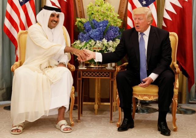 6月7日、ドイツのガブリエル外相はサウジアラビアなどがカタールと国交を断絶するなど中東で突如緊張が高まっていることに警戒感を示し、同地域へのトランプ米大統領の影響について懸念を表明した。写真は先月21日、サウジアラビアで会談したカタールのタミム首長(左)とトランプ米大統領(2017年 ロイター/Jonathan Ernst)