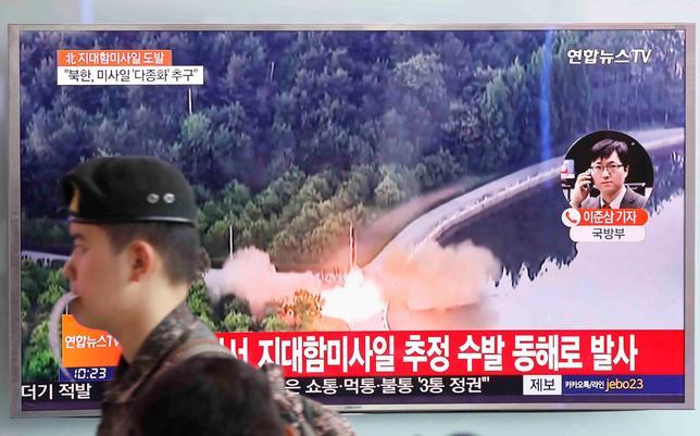 6月8日、韓国軍は、北朝鮮が同国東部から地対艦ミサイルとみられる飛しょう体を数発発射したことについて、大型艦船を正確に攻撃する能力を示す狙いがあったようだとの見方を示した。写真は発射を伝えるニュースのTV画面。ソウルで撮影(2017年 ロイター/Kim Hong-Ji)