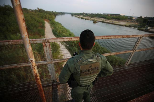 6月6日、トランプ米大統領は選挙期間中、正式な書類を持たない移民を捕えても審理までは釈放する「キャッチ・アンド・リリース」の廃止を公約に掲げた。だが国境警備員の対応は変わっていない。米テキサス州ロームのリオグランデ川を警備する国境警備員(2017年 ロイター/Carlos Barria)
