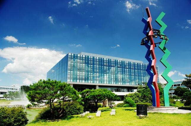 6月7日、ロイターが7日発表したアジアで最も革新的な大学ランキングによれば、韓国勢が1位と2位を独占し、計8校がトップ20に入るなど存在感を示す結果となった。写真は首位の韓国科学技術院(KAIST)。昨年8月、KAIST提供(2017年 ロイター)
