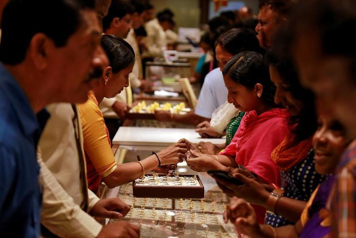 Customers crowd around a jewellery showroom during Akshaya Tritiya, a major gold-buying festival, in Kochi, India April 28, 2017. REUTERS/Sivaram V/Files