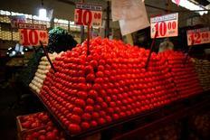 Tomates a la venta en una verdulería en el mercado La Merced en Ciudad de México, ene  31, 2013. La inflación interanual de México se aceleró en mayo a un 6.16 por ciento, su mayor nivel en más de ocho años, debido principalmente al comportamiento de los precios no subyacentes de los productos energéticos y de frutas y verduras, dijo el jueves el instituto nacional de estadísticas, INEGI.      REUTERS/Tomas Bravo/File Photo