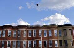 Un edificio de departamentos en Baltimore, EEUU, mayo 2, 2015. Un aumento en el valor de las acciones y de los inmuebles impulsaron el patrimonio de los hogares estadounidenses en el primer trimestre de este año, mostró un reporte de la Reserva Federal divulgado el jueves.  REUTERS/Carlos Barria