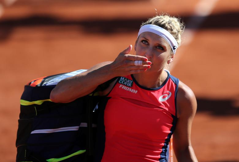 Tennis - French Open - Roland Garros, Paris, France - June 8, 2017   Switzerland's Timea Bacsinszky acknowledges the crowd as she walks off after losing her semi final match against Latvia's Jelena Ostapenko   Reuters / Pascal Rossignol